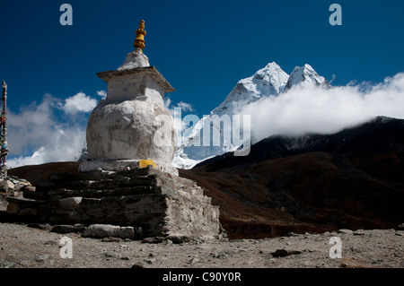Ama Dablam is one of the huge sharp Himalayan peaks that rise above the route to Everest Base Camp through the valleys - Stock Photo