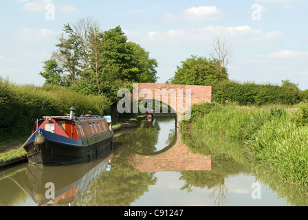 There are many historic small stone bridges and crossings over the canal on the route of the Grand Union Canal which - Stock Photo