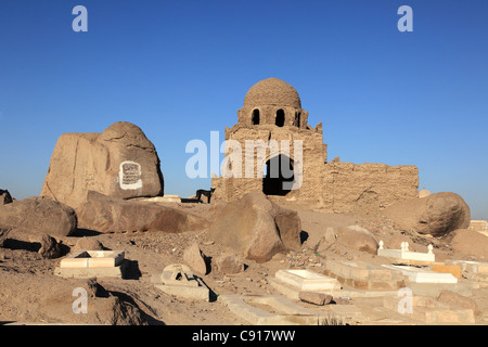 There is an ancient muslim cemetery in Aswan around a hilltop mosque with a dome. - Stock Photo