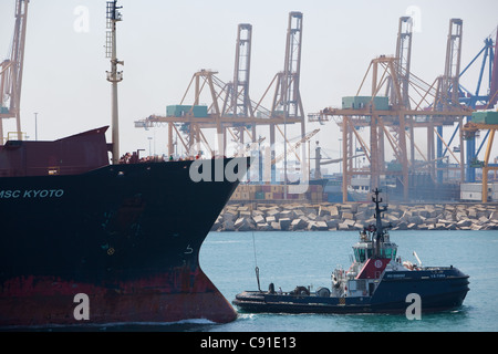 Container ship 'MSC KYOTO ' entering Valencia harbour Spain with tugs assisting - Stock Photo