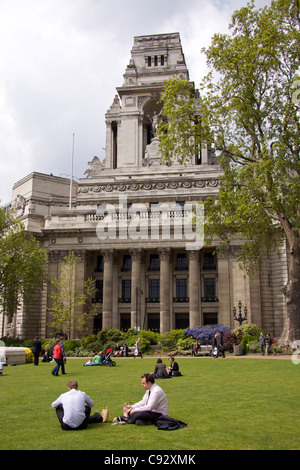 10 Trinity Square designed by Sir Edwin Cooper and built by John Mowlen and Company in 1922 was previously the HQ - Stock Photo