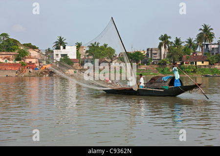 Fishing on the Hooghly River just north of Kolkata. - Stock Photo