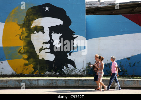 Graffiti based on the famous photograph of Ernesto Che Guevara by Alberto Korda in Havana, Cuba. - Stock Photo
