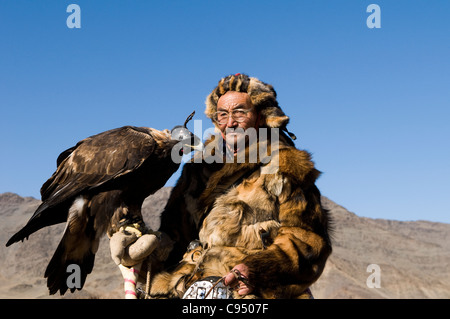 Kazakh eagle hunter and his golden eagle in the Altai Region of Bayan-Ölgii in Western Mongolia. - Stock Photo