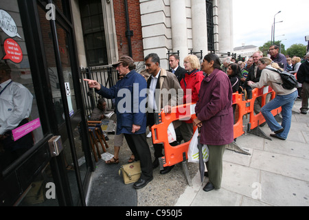Customers queue outside Northern Rock in Golders Green branch to withdraw savings, London England, UK. Photo:Jeff - Stock Photo