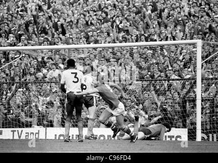Everton V Luton Town FA Cup semi final at Villa Park 13/4/85 Andy Gray turns to celebrate Derek Mountfields winning - Stock Photo