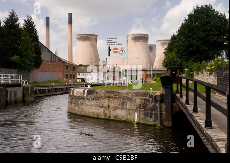 Ferrybridge 'C' Power Station with the Aire and Calder Navigation canal in the foreground. - Stock Photo