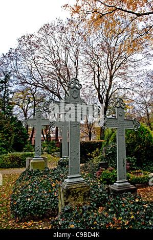 Grabkreuze auf dem Dorotheenstädtischen Friedhof in Berlin; grave crosses at a cemetery in Berlin