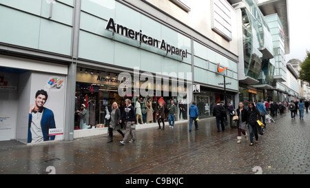 Pedestrians walking past American Apparel store near the Arndale Centre in Central Manchester, England, UK   KATHY - Stock Photo