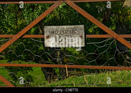 No public access sign on rusty metal gate North Yorkshire England UK United Kingdom GB Great Britain - Stock Photo
