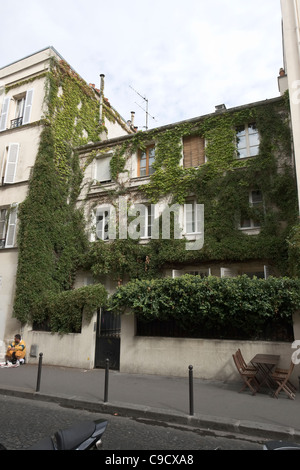 Old house covered with ivy, rue Yvonne le Tac, Montmartre district, Paris, France - Stock Photo