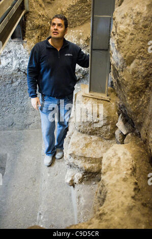 Jerusalem, Israel. 23rd Nov, 2011. Excavation Manager Eli Shukron of the Israel Antiquities Authority stands inside - Stock Photo