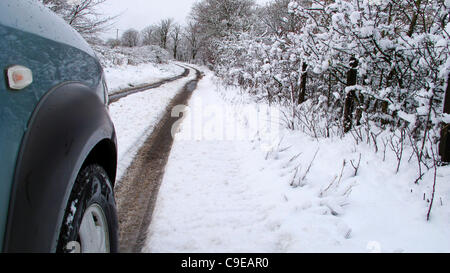 05/12/11 First real snowfall of the year blankets Glasgow leading to tricky driving conditions particularly in outlying - Stock Photo