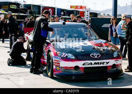 March 11, 2012 - Las Vegas, Nevada, U.S - Some of the crew members make final preparations to the #11 FedEx Freight - Stock Photo