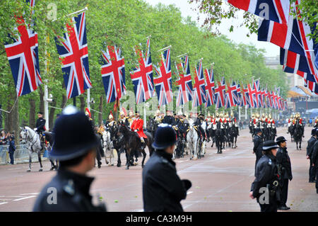 London, UK. 2nd June 2012. Life Guards ride down The Mall, with Buckingham Palace in the background, as they go - Stock Photo