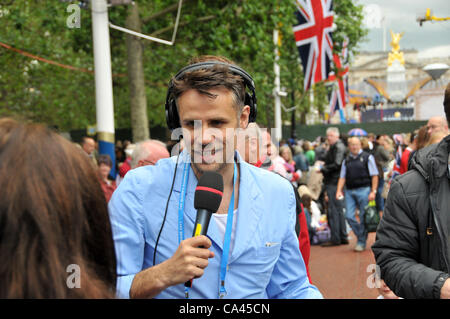 The Mall, London, UK. 4th June 2012. Richard Bacon speaks to the crowd for the BBC, Buckingham Palce in the background, - Stock Photo
