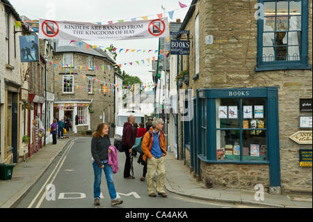 Banner across street in Hay town centre saying Kindles are banned from Hay-on-Wye, Powys, Wales, UK.  Credit:  Jeff - Stock Photo