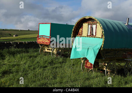"Gypsy travellers, horse and cart; Vardo Caravan Traditional horse-drawn Gypsy caravans or ""Bow Top"" canvas covered - Stock Photo"