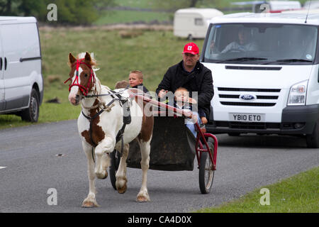 Tuesday 5th June, 2012: A family en-route to Fell End, Sedbergh. A  traveller attending the annual Appleby Horse - Stock Photo