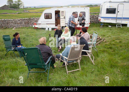 Tuesday 5th June, 2012: Sybil Boswell and family on en-route to Fell End, Sedbergh. A traveller attending the annual - Stock Photo