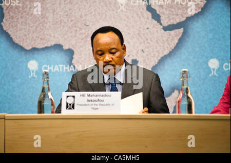 Tuesday 12th June 2012. London, UK. HE Mahamadou Issoufou, President of the Republic of Niger, reads notes during - Stock Photo