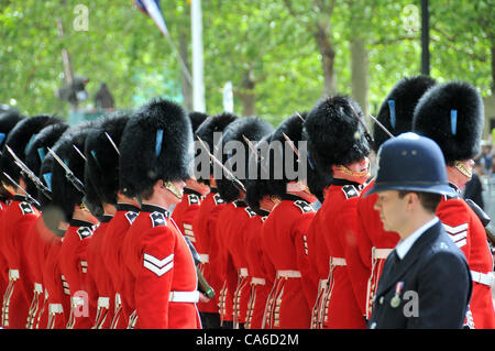 The Mall, London, UK. 16th June 2012. Guardsmen march down The Mall towards Horse Guards Parade for the Trooping - Stock Photo