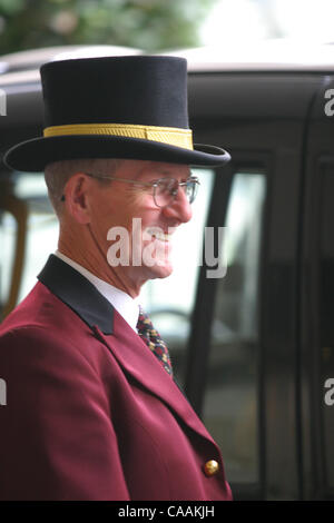 ... Sep 25 2003; London UK; Doorman at the Ritz Hotel greets guests & Doorman wearing a top hat in front of the lobby of the Savoy Hotel ... pezcame.com