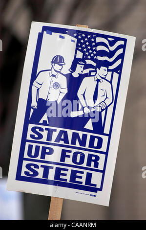 Dec 02, 2003; PIttsburgh, Pennsylvania, USA; Members of the United Steel Workers of America (USWA), protest the - Stock Photo