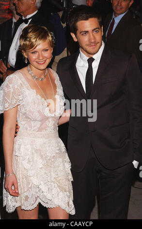 Feb 29, 2004; Los Angeles, CA, USA; Actress KIRSTEN DUNST and her beau, actor JAKE GYLLENHAAL arrive at the 2004 - Stock Photo