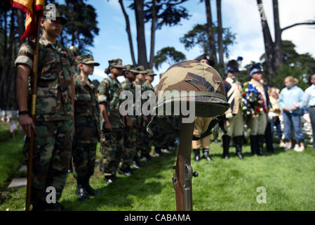 May 31, 2004; San Francisco, CA, USA; The Young Marines watch over the commemorative 'unknown soldier' during the - Stock Photo