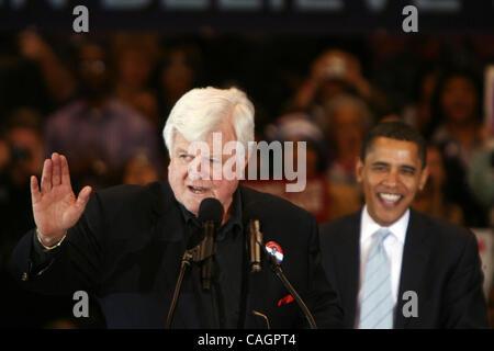 us democratic presidential candidate senator barack obama (d-il) (c) sits with caroline kennedy (r) as u.s. senator - Stock Photo