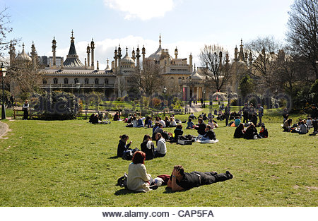 Crowds enjoy picnics in the sunshine by the Royal Pavilion in Brighton, UK. - Stock Photo
