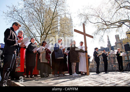 London, UK. 06 April, 2012. Service with the Cross with Westminster Abbey in the background during the Good Friday - Stock Photo