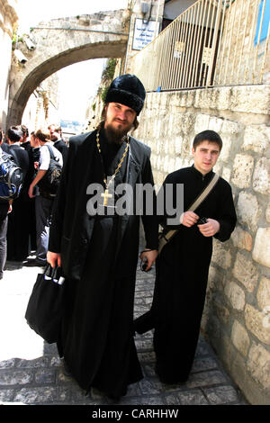 April 13, 2012 - Jerusalem, Jerusalem, Palestinian Territory - Russian Orthodox priests and pilgrims stop at the - Stock Photo