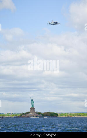Space shuttle prototype 'Enterprise'--atop the NASA 747 Shuttle Carrier Aircraft--flies over the Statue of Liberty - Stock Photo