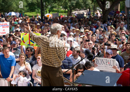 US presidential candidate Ron Paul speaks at a podium to about 1,500 Texas Tea Party supporters in Austin, Texas. - Stock Photo