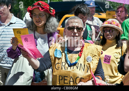 marchers in Granny Peace Brigade sixth annual Mother's Day Peace Stroll pause to recite from Julia Ward Howe's 1870 - Stock Photo