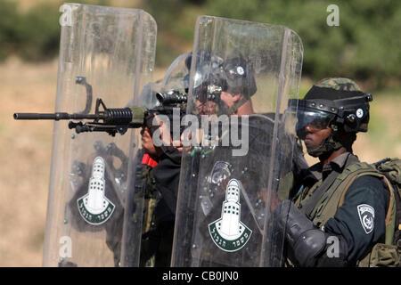 May 16, 2012 - Ramallah, West Bank, Palestinian Territory - Israeli border police fires tear gas towards Palestinian - Stock Photo
