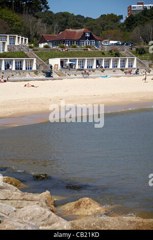 Poole, UK Tuesday 22 May 2012. making the most of the warm weather as temperatures go into the twenties at the beach - Stock Photo