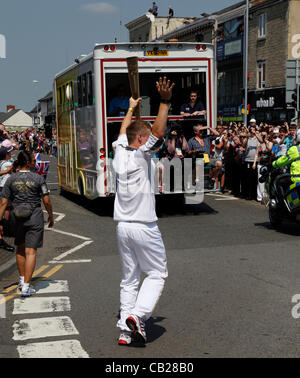 Wednesday, May 23rd 2012.  Swindon, Wiltshire, England, UK. A young torch bearer waves to the crowd in Old Town, - Stock Photo