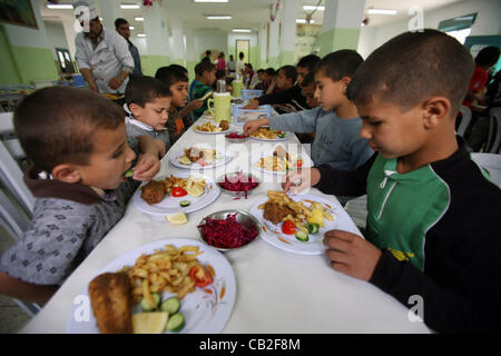 May 22, 2012 - Hebron, West Bank, Palestinian Territory - Palestinian orphan children eat lunch at the Hebron's - Stock Photo