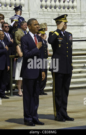 US President Barack Obama and U.S. Army Maj. Gen. Michael S. Linnington pay respects during a wreath laying Ceremony - Stock Photo