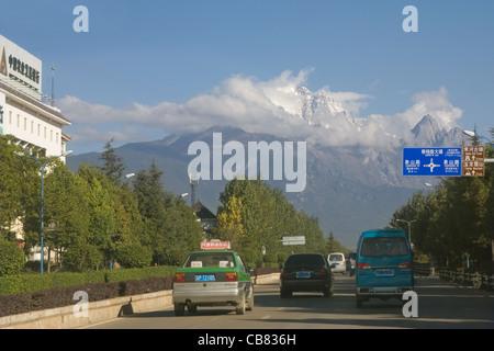 China Yunnan Lijiang road to Jade Dragon Snow mountain - Stock Photo