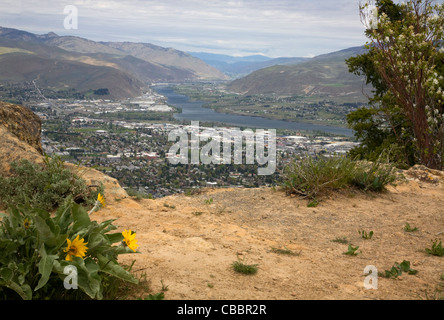WASHINGTON - Rocky outcrop at the summit of the Saddle Rock Trail overlooking the town of Wenatchee and the Columbia - Stock Photo