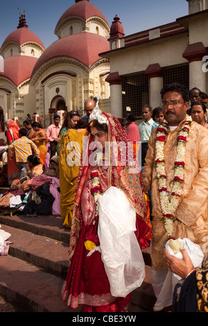 India, West Bengal, Kolkata, Dakshineswar Kali Temple newly married couple descending ghat to River Hooghly - Stock Photo