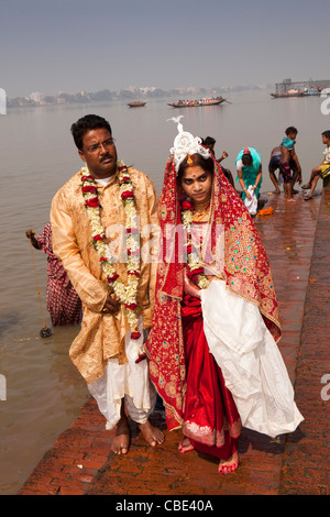 India, West Bengal, Kolkata, Dakshineswar Kali Temple newly married couple on River Hooghly ghat - Stock Photo