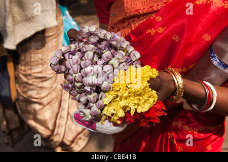 India, West Bengal, Kolkata, Dakshineswar Kali Temple hands of bridesmaid holding bridal flowers - Stock Photo