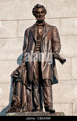 Heroic bronze statue of Abraham Lincoln on his Tomb in Springfield, Illinois Stock Photo