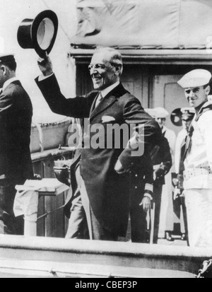US PRESIDENT WOODROW WILSON (1856-1924) leaves New York on the 'George Washington' in December 1918 for WWI Peace - Stock Photo