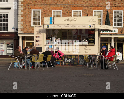 People enjoying hot drinks on a winter's day at Newark-upon-Trent, Nottinghamshire, England. - Stock Photo